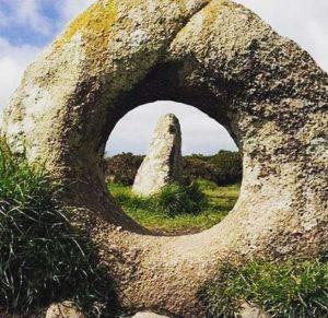 سنگ بزرگ سوراخ دار معروف به سنگ دوربین